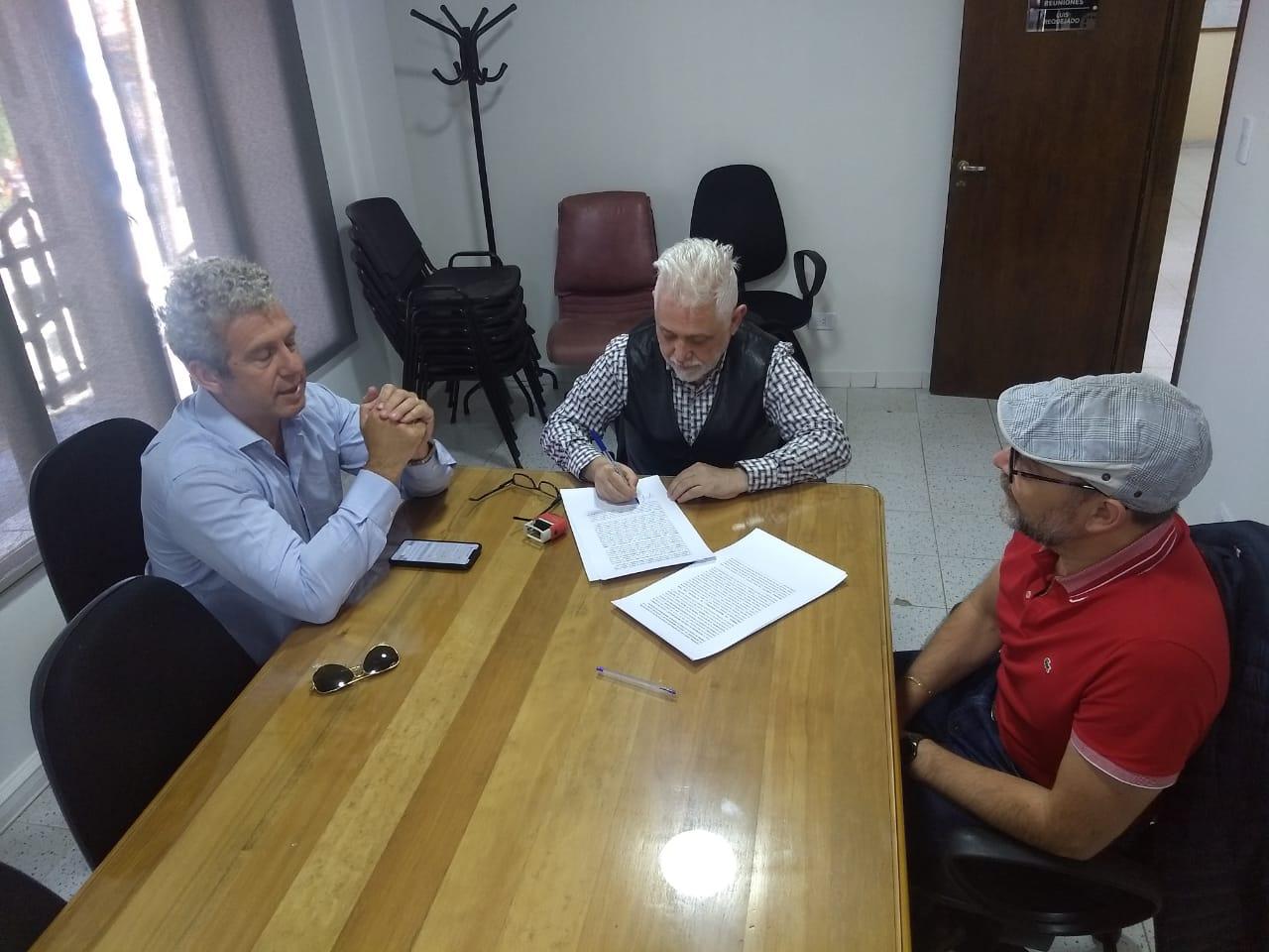 Convenio entre la Universidad de Ciencias Empresariales y Sociales (UCES) y La Cámara de Comercio y Otras Actividades Empresarias de Ushuaia.